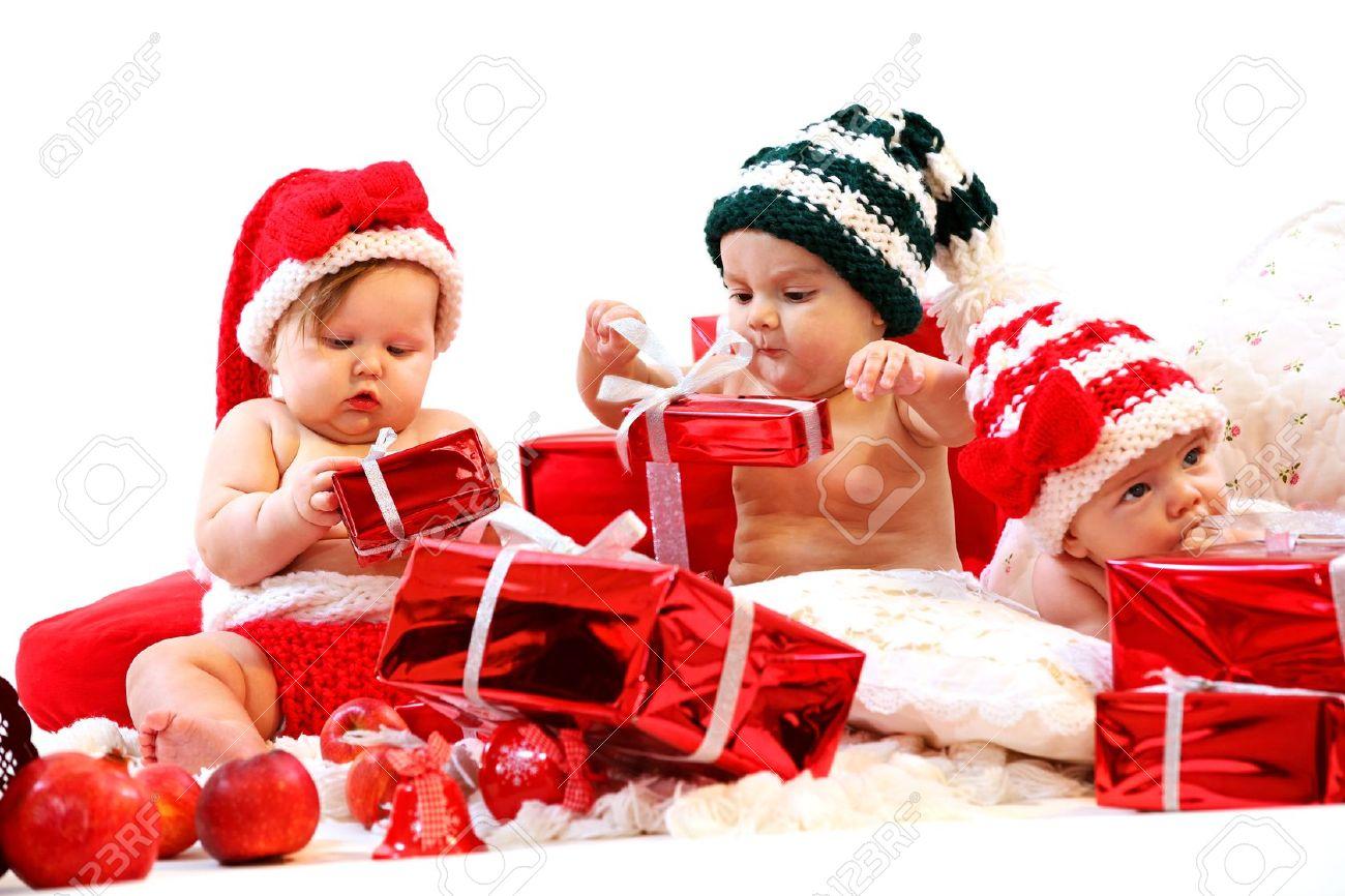 Foto Di Natale Con Bambini.23955945 Tre Bambini In Costumi Di Natale Che Giocano Con I
