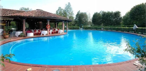 Centro sportivo con piscine per adulti e bambini lettini ombrelloni verde - Lettini per piscine ...